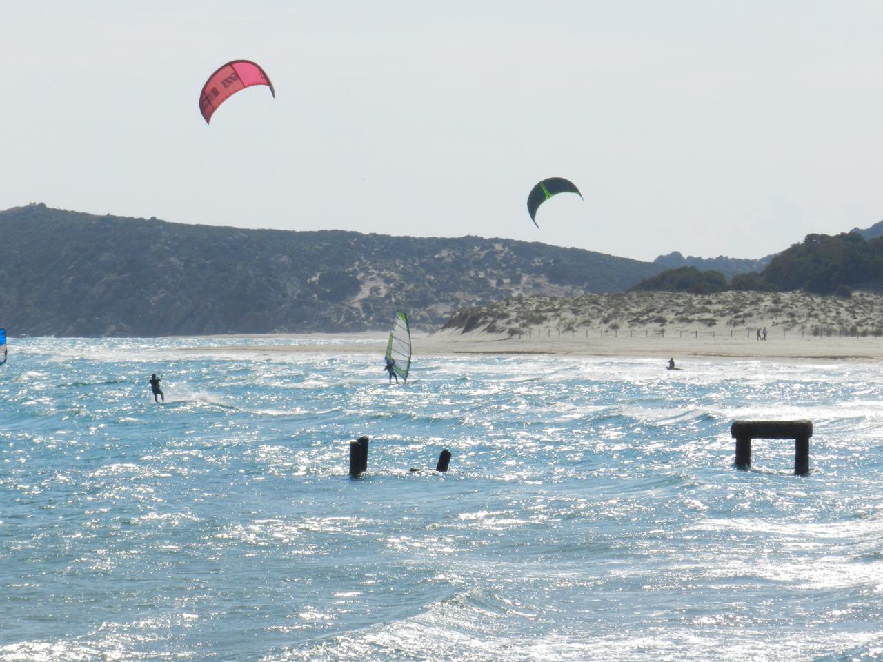 Chia / Spiaggia Campana im April: herrlich viel Wind für alle