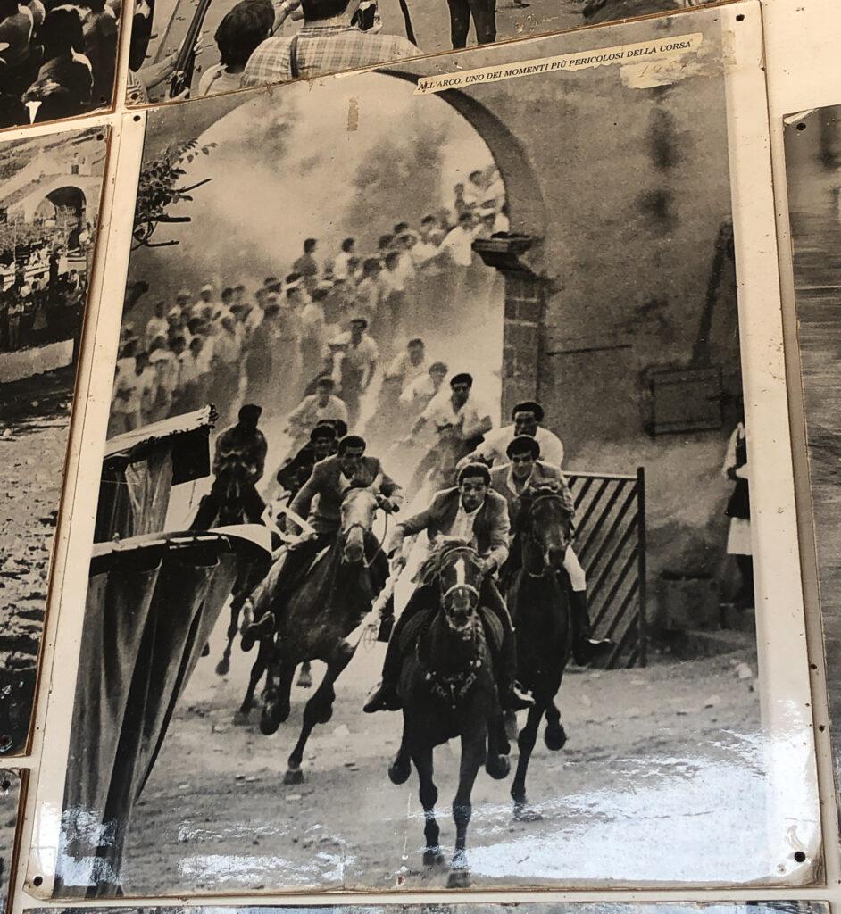 Ungebremst durch Kontantins Torbogen: Foto einer früheren Ardia, ausgestellt am Sitz der Associazione Santu Antinu