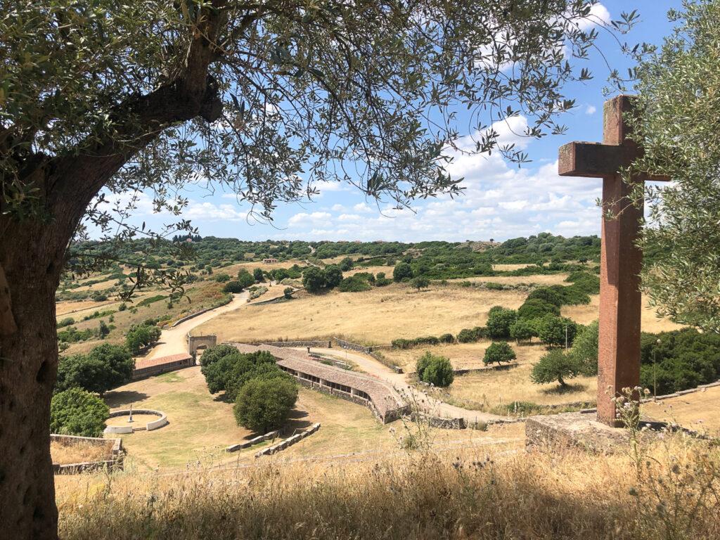 Blick auf die Landschaft von Sedilo und das menschen- und pferdeleere Gelände des Santuario Santu Antine.