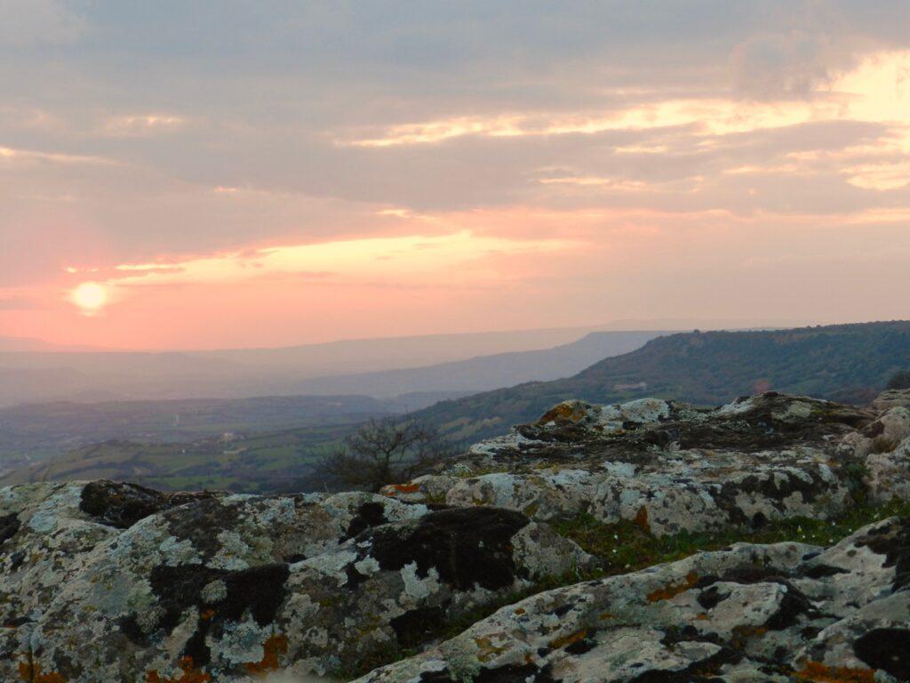 Blick von der Giara di Serri im Abendlicht