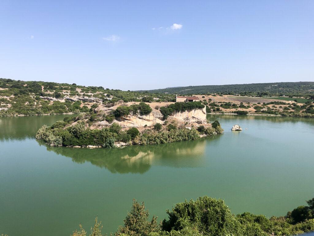 Wasser begründet schon historisch den Reichtum der Region - heute sind die größten Flüsse aufgestaut, hier am Lago Is Barroccus bei Isili